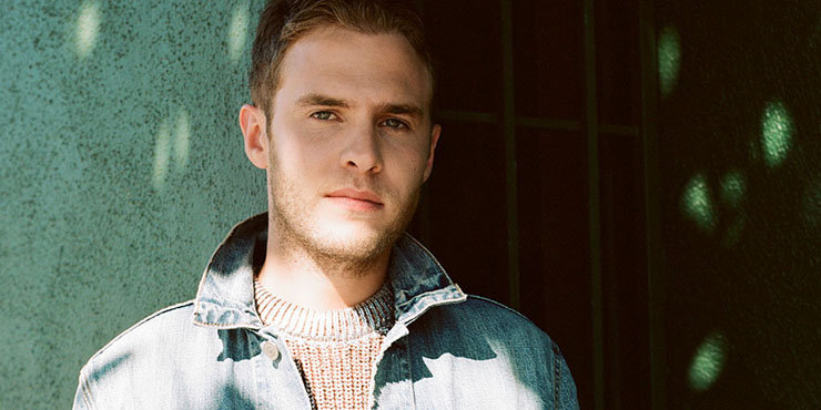 Conflicting rumors about Iain De Caestecker's dating life. So, is he gay? Or does he have a girlfriend?