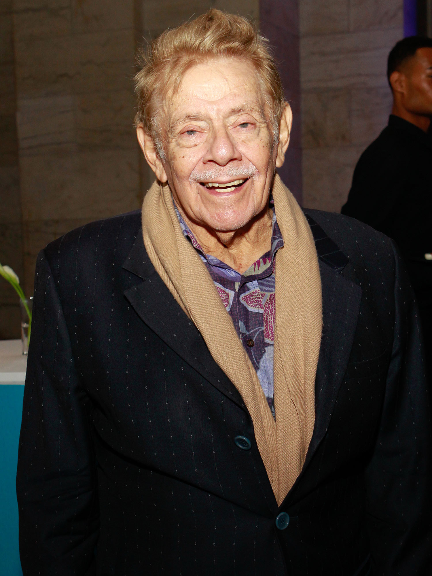 Jerry Stiller in his old age smiling and giving a relax pose