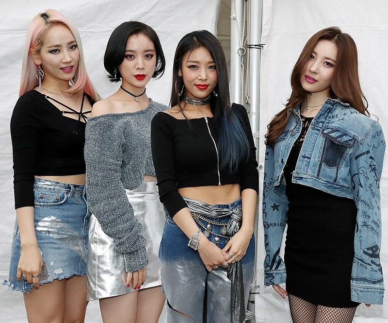 Wonder Girls members Park Ye-eun (Yeeun), Woo Hye-rim (Hyerim), Kim Yu-bin (Yubin) and Lee Sun-mi (Sunmi) pose for a picture.